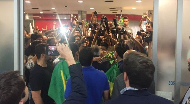 Flávio Rocha foi cercado por apoiadores e jornalistas em aeroporto