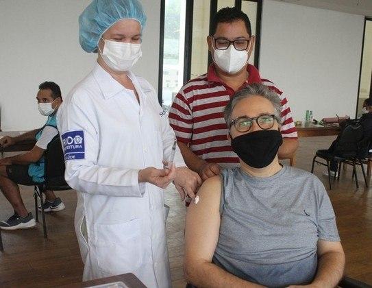 Flávio Silvino foi vacinado contra acovid-19no dia 7 de maio. O ator recebeu a primeira dose do imunizante em um posto de saúde na zona sul do Rio de Janeiro. Flávio estava acompanhado da mãe, Diva Plácido