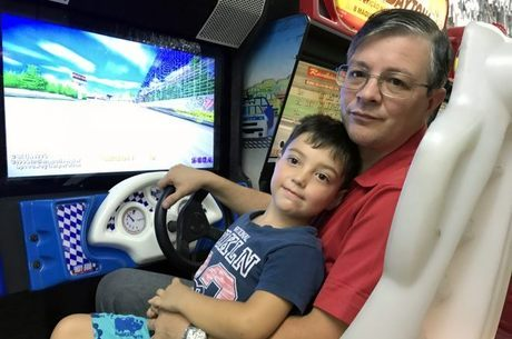 Davis e João Garcia se divertem no simulador de corrida