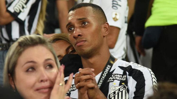 FLOP: A escalação na final da Copa Libertadores foi muito questionada pelos torcedores. Cuca abriu mão do quarteto ofensivo que fez sucesso nas quartas e semifinais. Ele sacou Lucas Braga do time.