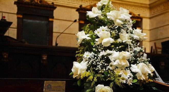 Flores postas por Tânia Bastos na cadeira ocupada por Marielle na Câmara