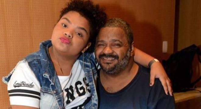 Flora, de 15 anos, com o pai, Arlindo Cruz