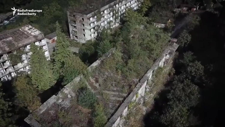 As impressionantes imagens de cidade soviética abandonada 'engolida' por floresta