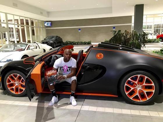 Floyd Mayweather é o segundo colocado neste ranking. Na imagem, o lutador está em sua Bugatti Veyron Grand Sport Vitesse, avaliada em R$ 10,5 milhões. Floyd tem mais de 30 carros luxuosos em sua garagem. O boxeador também é fã dos Rolls Royce