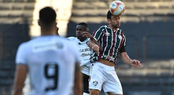 Fred disputa bola de cabeça com botafoguense na semifinal da Taça Rio