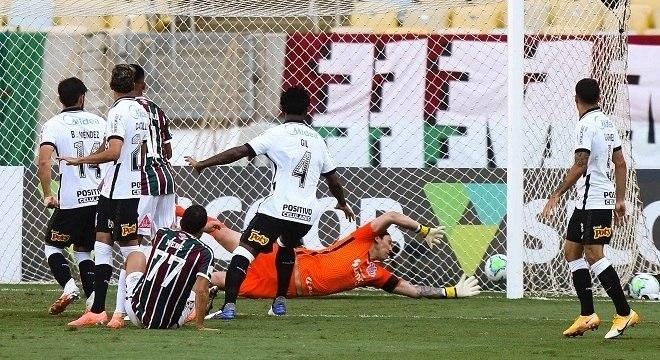 Nenê, 39 anos, dois gols contra o fraquíssimo Corinthians. No Maracanã, nova derrota