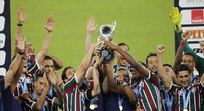 Capitão, Hudson ergue a Taça Rio para o Fluminense