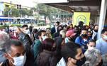 SP - GREVE/METRÔ - GERAL - O Metrô de São Paulo está em greve, nesta quarta feira, (19) a paralisação afeta linhas 1-Azul, 2-Verde, 3-Vermelha e 15-Prata (monotrilho). Na foto muitas pessoas aglomeradas aguardando na entrada da estação do Metrô Tucuruvi, linha azul. 19/05/2021 - Foto: ROBERTO CASIMIRO/FOTOARENA/FOTOARENA/ESTADÃO CONTEÚDO