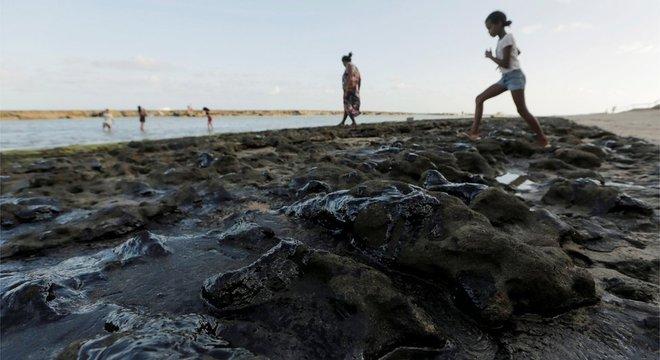 A investigação sobre o incidente passa por elementos como datas de avistamento nas praias, correntes marinhas do oceano Atlântico e rotas das embarcações