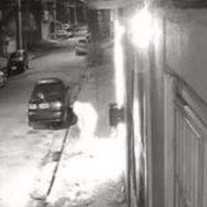 Mulher fugiu após atear fogo no local