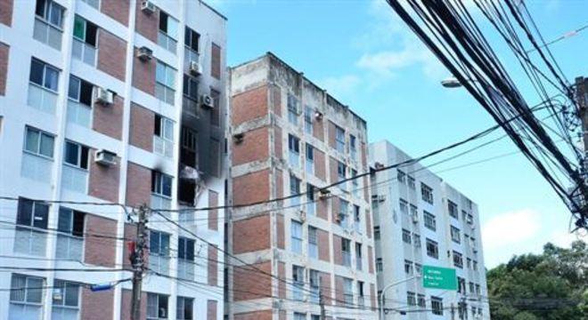 Fogo atingiu apartamento no terceiro andar do prédio localizado perto do Clube Português.