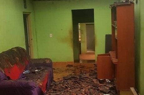 Imóvel ficou destruído por causa do fogo