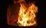 O controle do fogo e da temperatura são fundamentais para o processo ser bem sucedido. E a boa notícia é que dá para reproduzir isso em casa