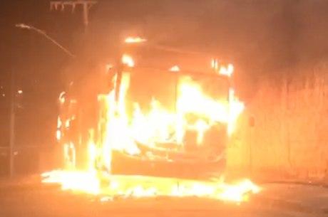 Ônibus ficou completamente destrído pelas chamas