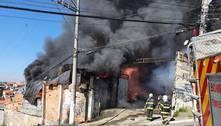 Bombeiros combatem incêndio em galpão de Carapicuíba (SP)