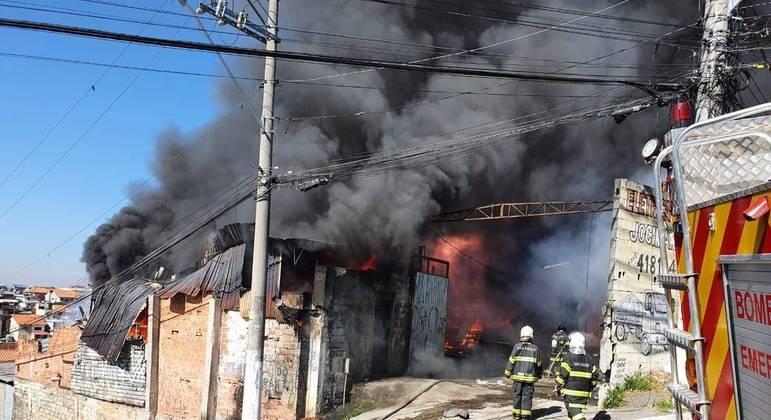 Bombeiros combatem incêndio em galpão de recicláveis, em Carapicuíba, na Grande SP