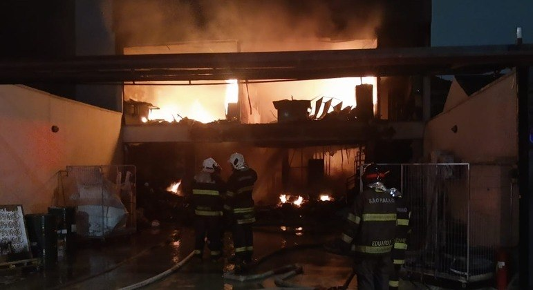 Incêndio destrói gráfica em SP e esvazia asilo vizinho ao imóvel na Vila Carrão
