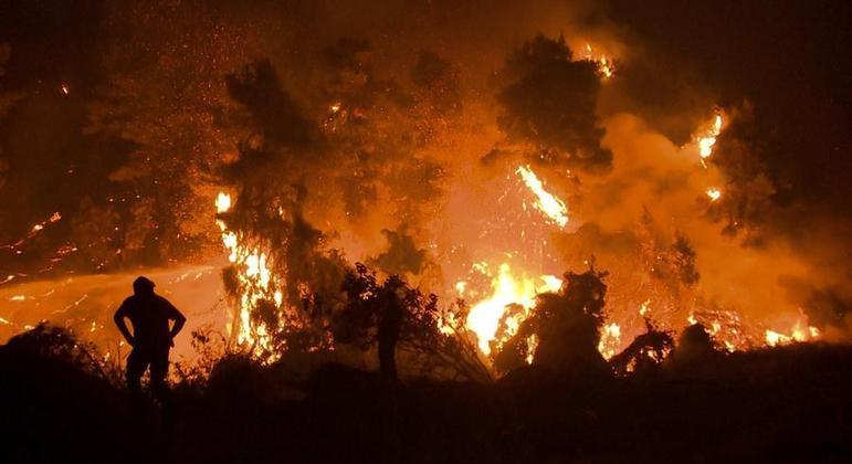 Equipes de bombeiros tentam apagar o focos de incêndio que duram semanas na Grécia