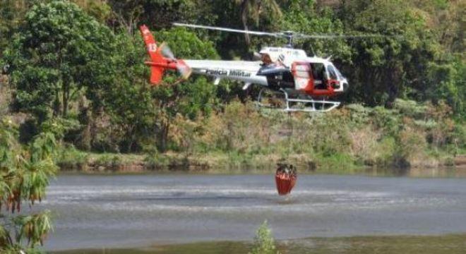 Helicópteros da PM lançam água sobre os focos de incêndio da região