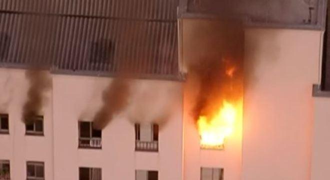 Incêndio atinge último andar do prédio