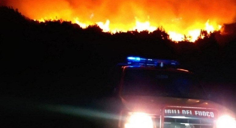Bombeiro da Itália combateram mais de 500 focos de incêndio na madrugada