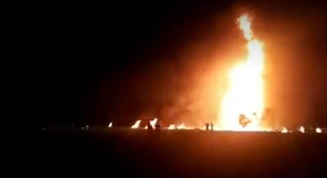Fogo após um vazamento de combustível que feriu as pessoas que se aglomeravam para recolher o líquido