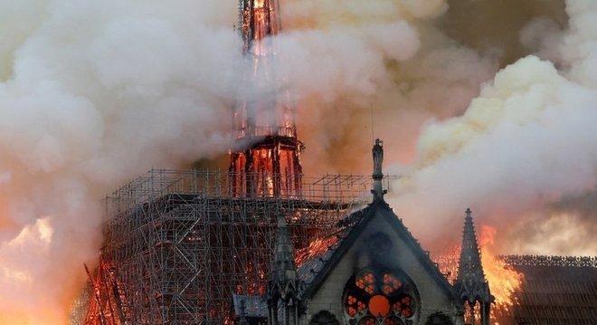 Fogo na catedral de Notre-Dame, em abril; empresa ganense fez proposta de fornecimento de matéria-prima para reconstrução