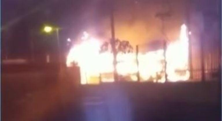 Ônibus foi incendiado para impedir aproximação da polícia no Grajaú, zona sul de SP