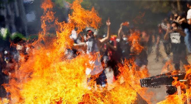 Exército decreta toque de recolher em novo dia de protestos nas ruas de Santiago