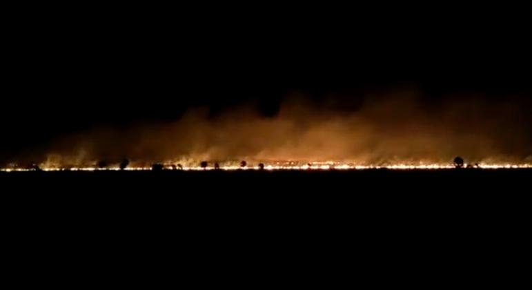 Parque Nacional Otuquis, na Bolívia, está em chamas desde quinta-feira (27)