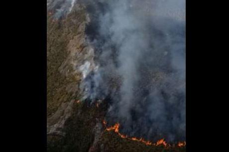 Bombeiros combatem incêndio em pico mais alto de SP