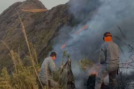 Bombeiros extinguiram fogo na Serra Fina