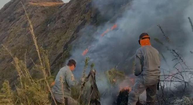 Bombeiros combatem incêndio em área de difícil acesso na Serra Fina