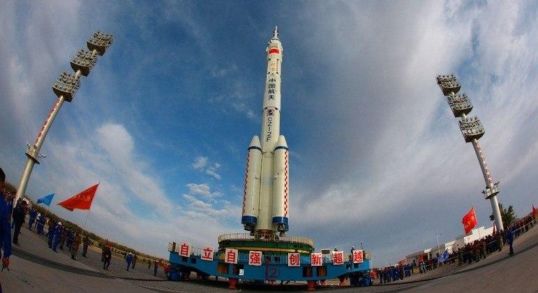 China lançará missão que vai levar três astronautas para permanecer seis meses na estação espacial Tianhe