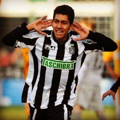 Foi então que surgiu uma nova oportunidade de teste, desta vez no Figueirense, e Bilú levou Roberto Firmino ao clube de Santa Catarina. Logo no primeiro treino, o jovem atacante marcou dois gols de bicicleta em 30 minutos e foi contratado aos 16 anos.