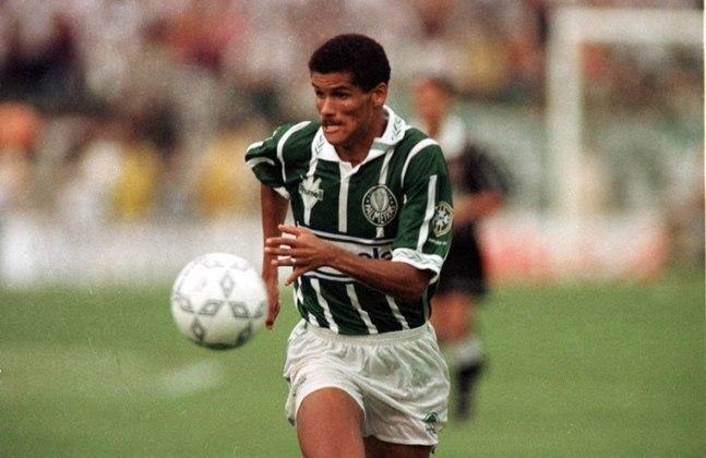 Foi o Verdão que deu o valor que Rivaldo merecia. O meia-atacante estava emprestado ao Corinthians, sendo eleito um dos melhores do Brasileiro de 1993, mas o time alvinegro não o comprou, e coube ao Palmeiras pagar US$ 2,5 milhões (R$ 2,27 milhões, na época) ao Mogi Mirim para adquiri-lo, em agosto de 1994.
