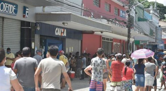 Folha de Pernambuco constatou movimentação intensa no centro da cidade, principalmente em bancos e loterias