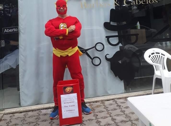 Bancário se fantasia de super herói para ajudar crianças carentes da Grande  Vitória de5bb68114c12