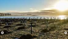 Cruzes na areia da Praia de Camburi em protesto pelas vidas perdidas para a covid-19