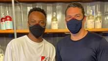 Thiaguinho e Marcus Buaiz posam em fábrica de gin no ES