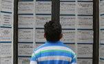 A taxa de desocupação bateu novo recorde no trimestre encerrado em agosto, com 14,4%, atingindo 13,8 milhões de brasileiros. Os dados constam da Pnad (Pesquisa Nacional por Amostra de Domicílios Contínua Mensal), divulgada na sexta-feira (30) pelo IBGE (Instituto Brasileiro de Geografia e Estatística).Ataxa é a maior registradapela Pnad desde o início da série histórica, que começou em 2012. De acordo com o IBGE, são cerca de 1,1 milhão de pessoas a mais à procura de emprego frente ao trimestre encerrado em maio deste ano