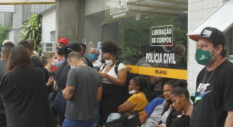 Familiares se aglomeram na porta do IML, no Rio, em busca de informações das vítimas