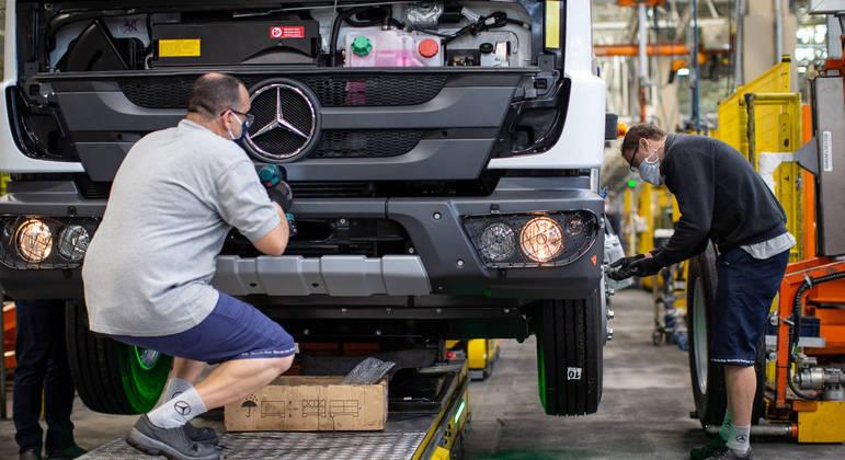 Assim como a Ford, Mercedes-Benz também interrompeu a produção no Brasil