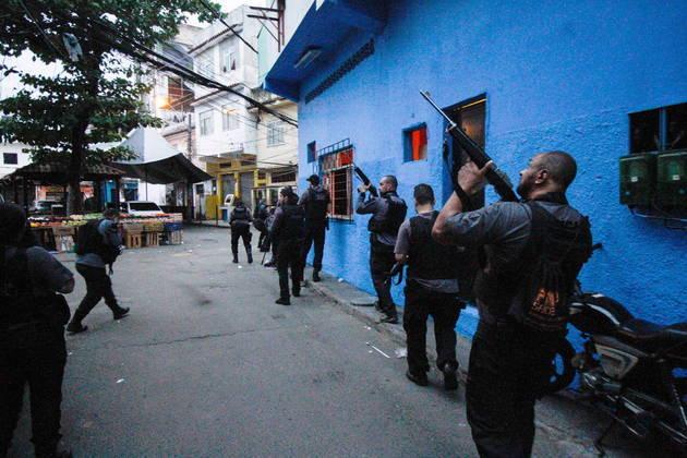 A operação da Polícia Civil do Rio de Janeiro contra o tráfico de drogas no Jacarezinho, zona norte da cidade, nesta quinta-feira (6), deixou pelo menos 25 pessoas baleadas e mortas