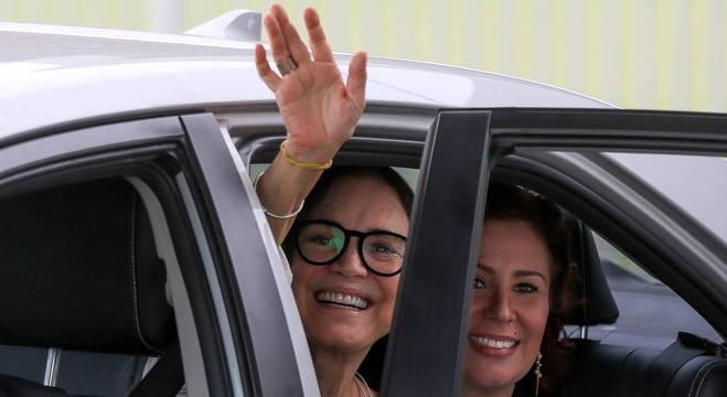 Ao lado da deputada Carla Zambelli, Regina Duarte acena para apoiadores