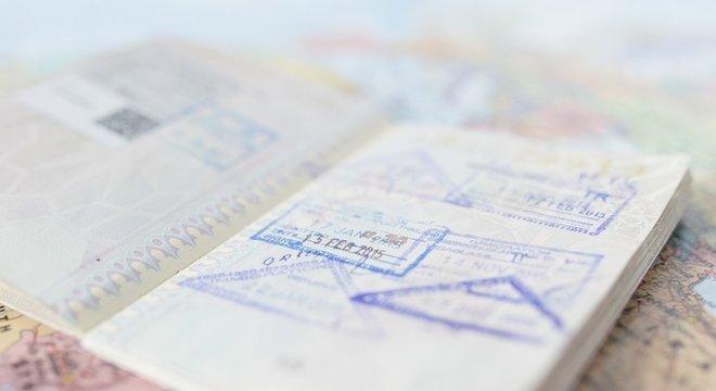 Folhas de passaporte com selos e datas