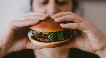 Fome emocional surge de forma repentina e com preferência por alimentos calóricos.