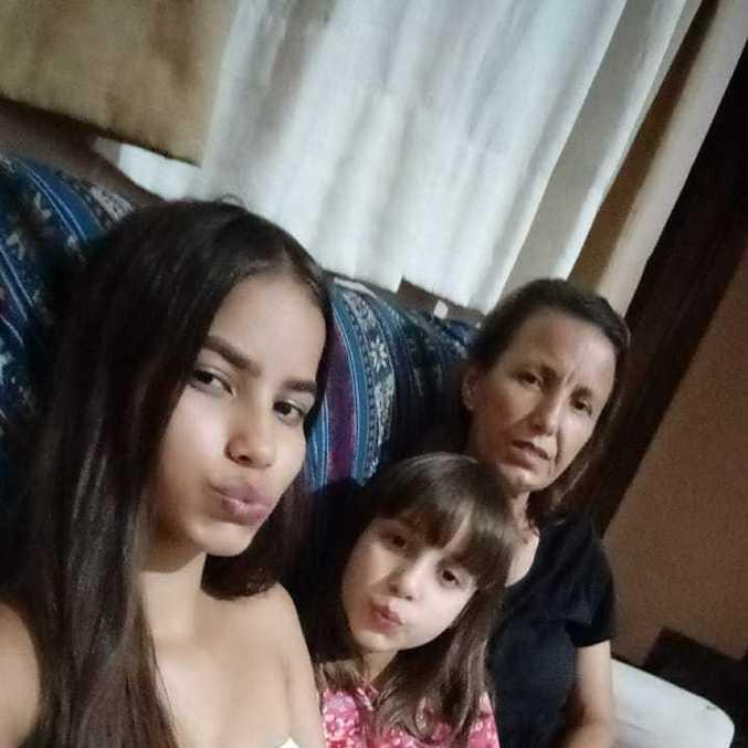 Luzinete, com suas duas filhas. Ela diz que não esperava que a pandemia fosse durar tanto