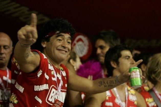 """Fora dos campos, as festas ganharam destaque na vida pública de """"Dios"""". Em uma relação próxima com o Brasil, Maradona já pulou o carnaval no Rio de Janeiro. Em 1998 e 2006 ele chamou muita atenção no Brasil"""