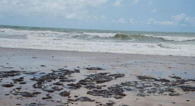 Foram encontrados e recolhidos pequenos fragmentos de óleo na praia de Guriri, no Município de São Mateus, no Espírito Santo